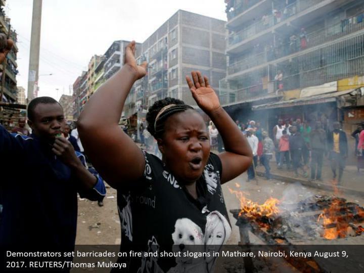 Demonstrators set barricades on fire and shout slogans in Mathare, Nairobi, Kenya August 9, 2017. REUTERS/Thomas Mukoya