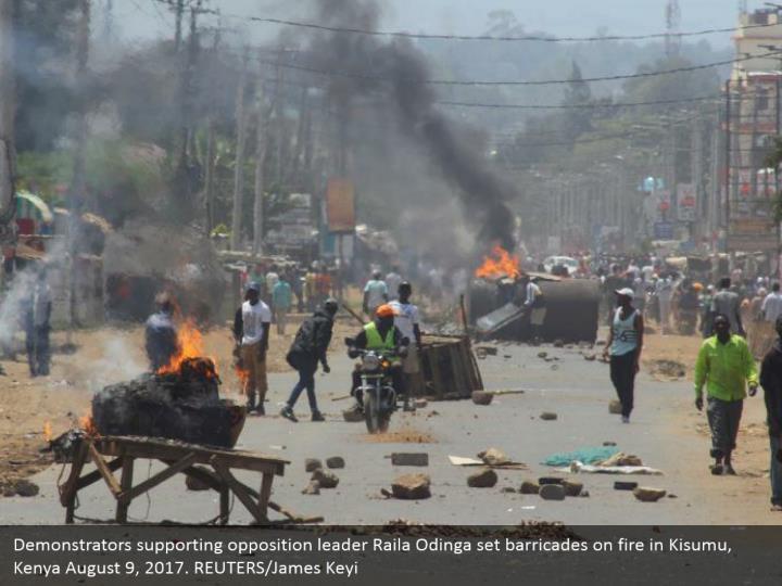 Demonstrators supporting opposition leader Raila Odinga set barricades on fire in Kisumu, Kenya August 9, 2017. REUTERS/James Keyi