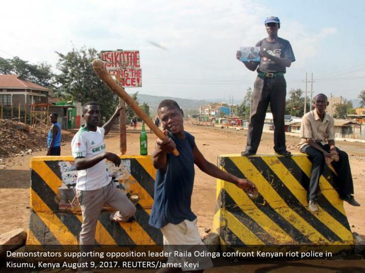 Demonstrators supporting opposition leader Raila Odinga confront Kenyan riot police in Kisumu, Kenya August 9, 2017. REUTERS/James Keyi