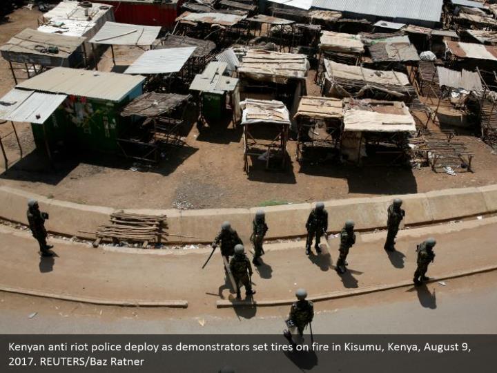 Kenyan anti riot police deploy as demonstrators set tires on fire in Kisumu, Kenya, August 9, 2017. REUTERS/Baz Ratner