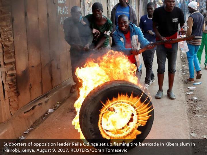 Supporters of opposition leader Raila Odinga set up flaming tire barricade in Kibera slum in Nairobi, Kenya, August 9, 2017. REUTERS/Goran Tomasevic