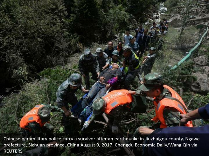 Chinese paramilitary police carry a survivor after an earthquake in Jiuzhaigou county, Ngawa prefecture, Sichuan province, China August 9, 2017. Chengdu Economic Daily/Wang Qin via REUTERS