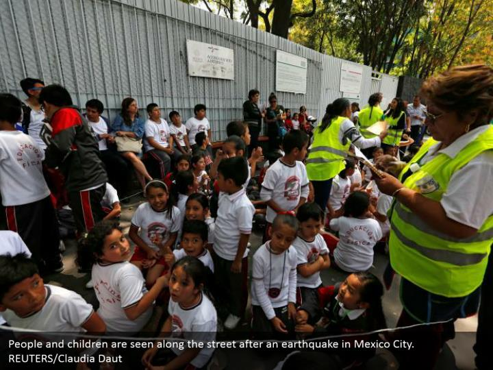 People and children are seen along the street after an earthquake in Mexico City. REUTERS/Claudia Daut