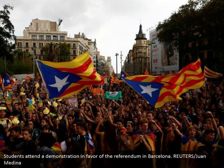 Students attend a demonstration in favor of the referendum in Barcelona. REUTERS/Juan Medina