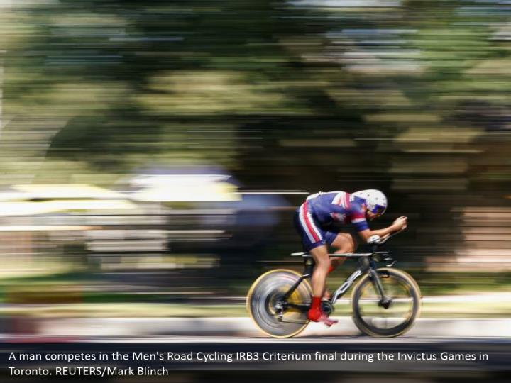 A man competes in the Men's Road Cycling IRB3 Criterium final during the Invictus Games in Toronto. REUTERS/Mark Blinch