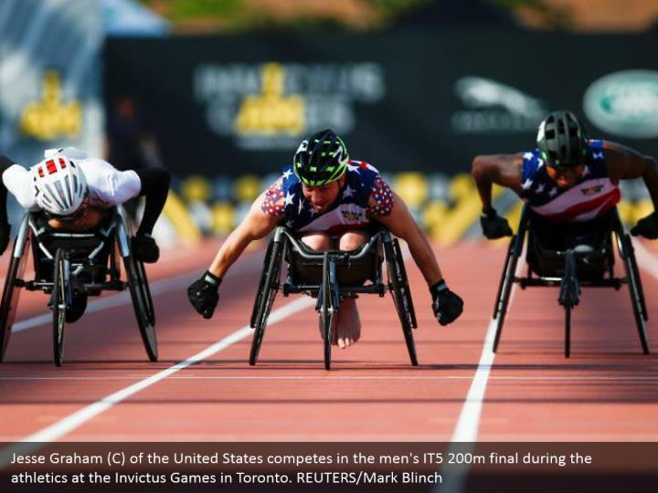 Jesse Graham (C) of the United States competes in the men's IT5 200m final during the athletics at the Invictus Games in Toronto. REUTERS/Mark Blinch