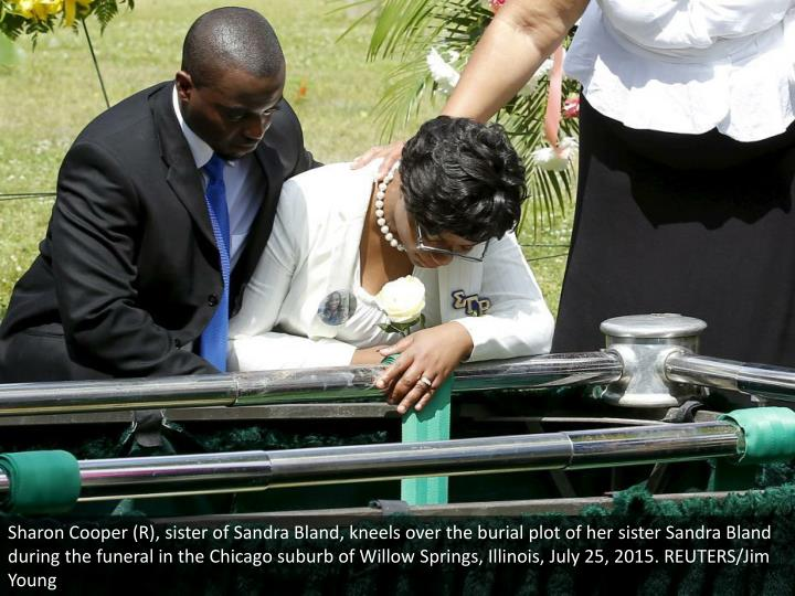 Sharon Cooper (R), sister of Sandra Bland, kneels over the burial plot of her sister Sandra Bland during the funeral in the Chicago suburb of Willow Springs, Illinois, July 25, 2015. REUTERS/Jim Young