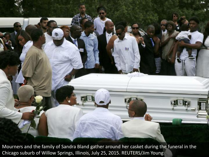Mourners and the family of Sandra Bland gather around her casket during the funeral in the Chicago suburb of Willow Springs, Illinois, July 25, 2015. REUTERS/Jim Young