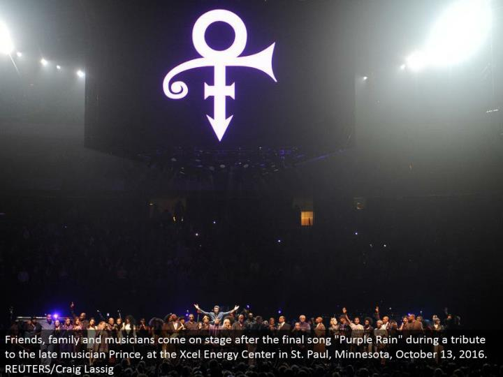 """Friends, family and performers go ahead stage after the last melody """"Purple Rain"""" amid a tribute to the late artist Prince, at the Xcel Energy Center in St. Paul, Minnesota, October 13, 2016. REUTERS/Craig Lassig"""