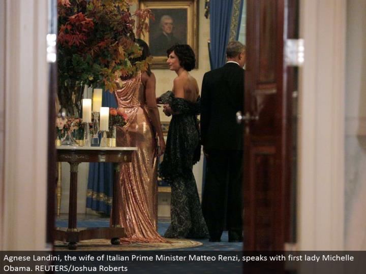 Agnese Landini, the spouse of Italian Prime Minister Matteo Renzi, talks with first woman Michelle Obama. REUTERS/Joshua Roberts