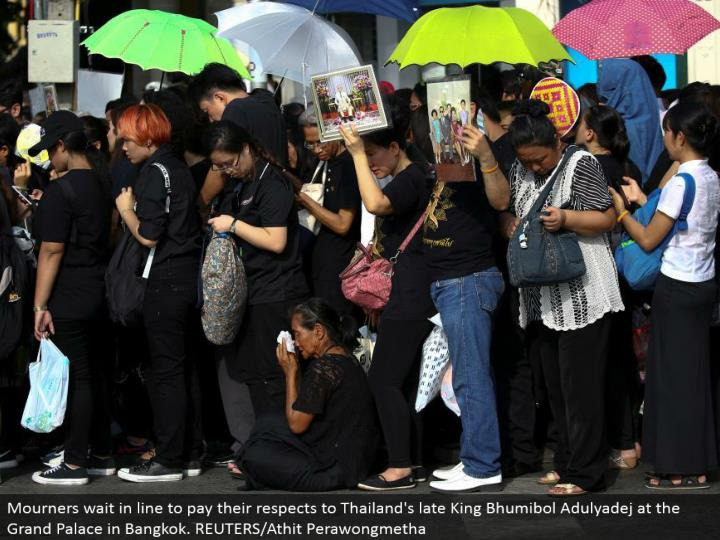 Mourners hold up in line to offer their regards to Thailand's late King Bhumibol Adulyadej at the Grand Palace in Bangkok. REUTERS/Athit Perawongmetha