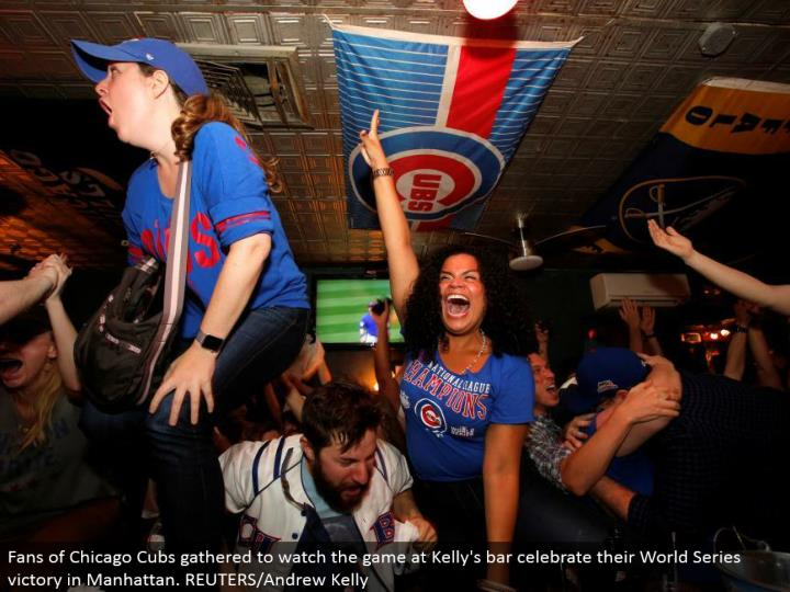 Fans of Chicago Cubs assembled to watch the diversion at Kelly's bar praise their World Series triumph in Manhattan. REUTERS/Andrew Kelly