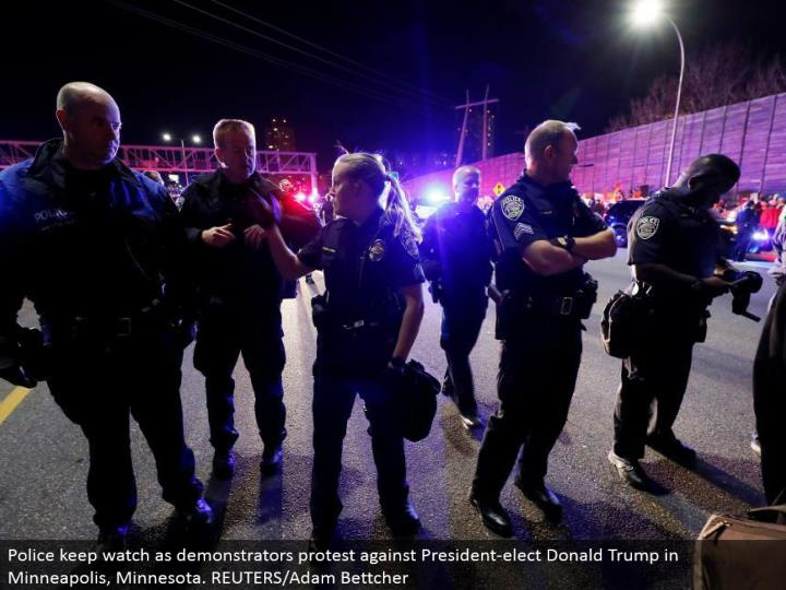 Police keep look as demonstrators dissent against President-elect Donald Trump in Minneapolis, Minnesota. REUTERS/Adam Bettcher