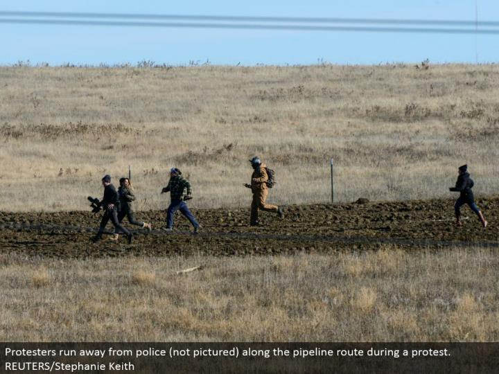 Protesters flee from police (not envisioned) along the pipeline course amid a dissent. REUTERS/Stephanie Keith