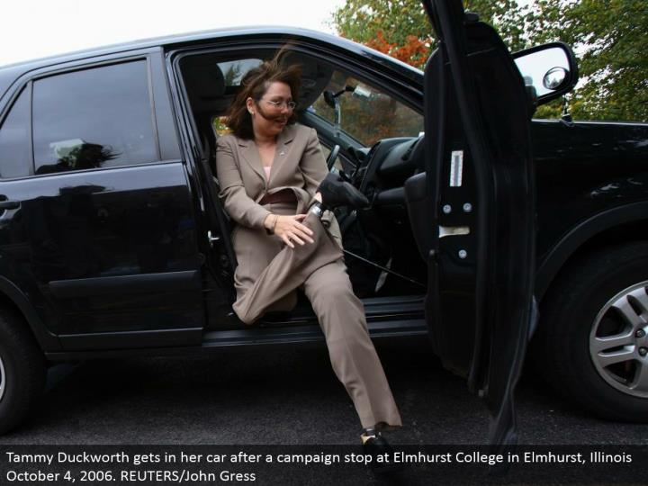 Tammy Duckworth gets in her auto after a battle stop at Elmhurst College in Elmhurst, Illinois October 4, 2006. REUTERS/John Gress