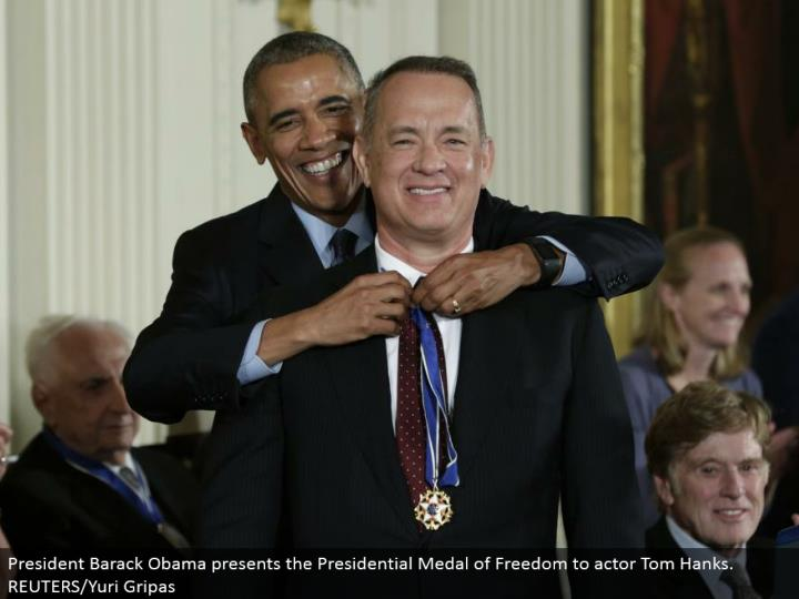 President Barack Obama presents the Presidential Medal of Freedom to performer Tom Hanks. REUTERS/Yuri Gripas