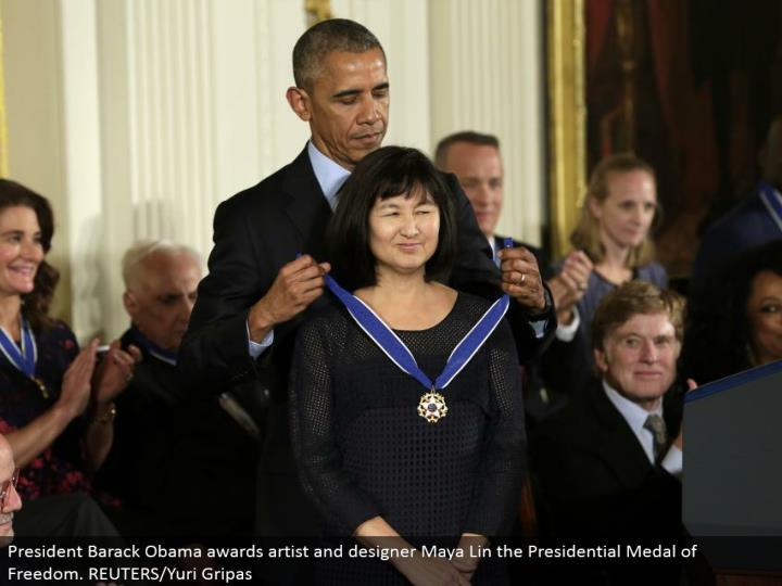President Barack Obama grants craftsman and originator Maya Lin the Presidential Medal of Freedom. REUTERS/Yuri Gripas