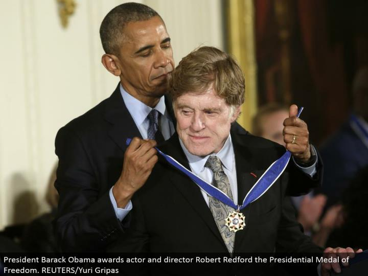 President Barack Obama grants performing artist and executive Robert Redford the Presidential Medal of Freedom. REUTERS/Yuri Gripas