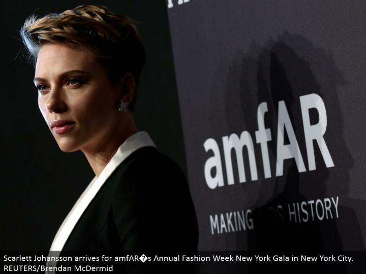 Scarlett johansson touches base for amfar