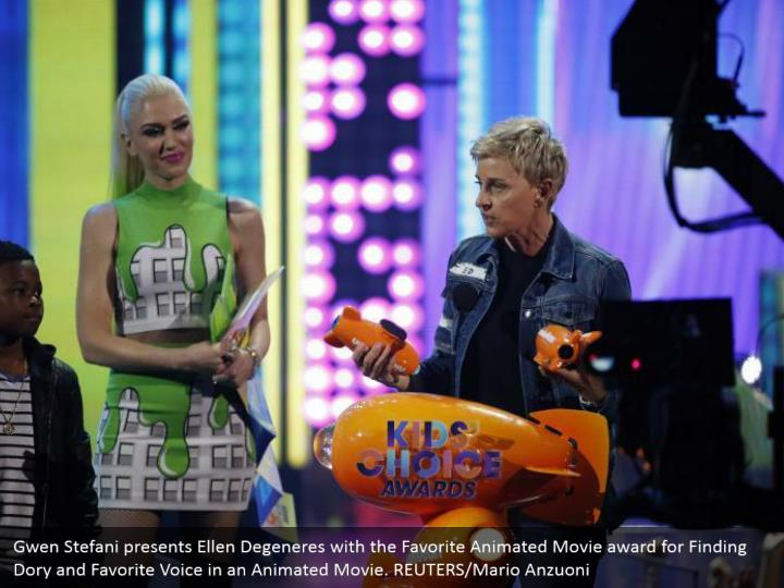 Gwen Stefani presents Ellen Degeneres with the Favorite Animated Movie grant for Finding Dory and Favorite Voice in an Animated Movie. REUTERS/Mario Anzuoni