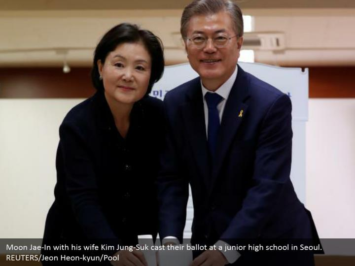 Moon Jae-In with his wife Kim Jung-Suk cast their ballot at a junior high school in Seoul. REUTERS/Jeon Heon-kyun/Pool