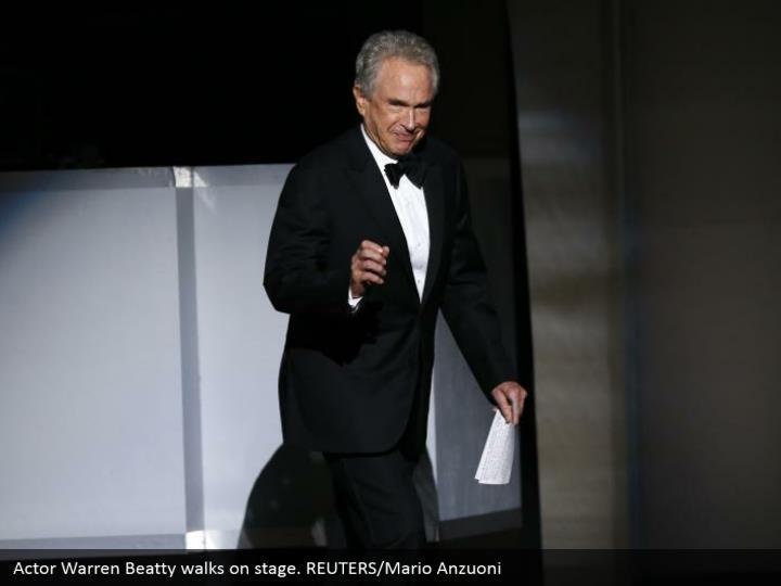 Actor Warren Beatty walks on stage. REUTERS/Mario Anzuoni