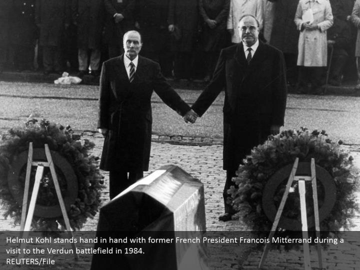 Helmut Kohl stands hand in hand with former French President Francois Mitterrand during a visit to the Verdun battlefield in 1984.  REUTERS/File