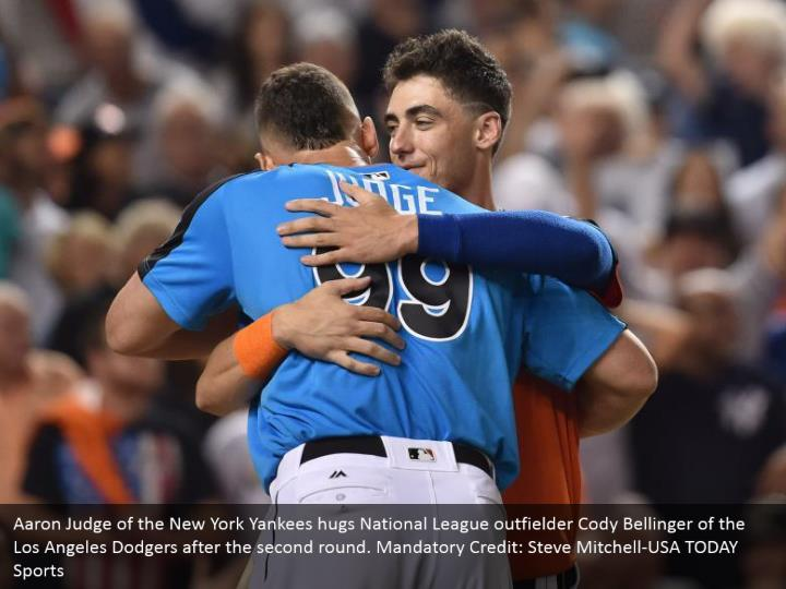 Aaron Judge of the New York Yankees hugs National League outfielder Cody Bellinger of the Los Angeles Dodgers after the second round. Mandatory Credit: Steve Mitchell-USA TODAY Sports