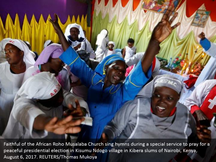 Faithful of the African Roho Musalaba Church sing hymns during a special service to pray for a peaceful presidential election in Kisumu Ndogo village in Kibera slums of Nairobi, Kenya, August 6, 2017. REUTERS/Thomas Mukoya