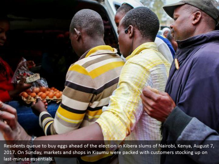 Residents queue to buy eggs ahead of the election in Kibera slums of Nairobi, Kenya, August 7, 2017. On Sunday, markets and shops in Kisumu were packed with customers stocking up on last-minute essentials.