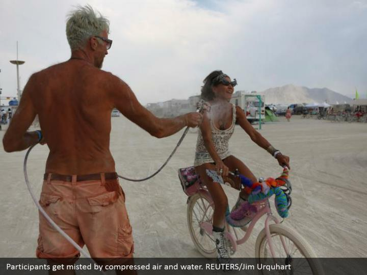 Participants get misted by compressed air and water. REUTERS/Jim Urquhart