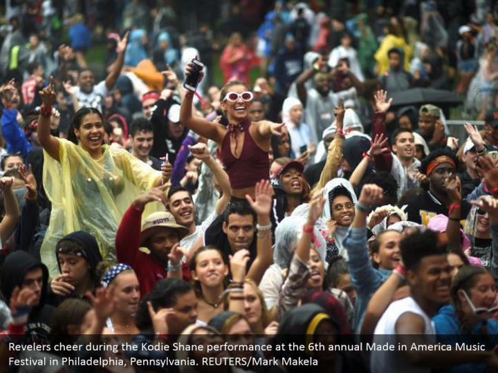 Revelers cheer during the kodie shane performance