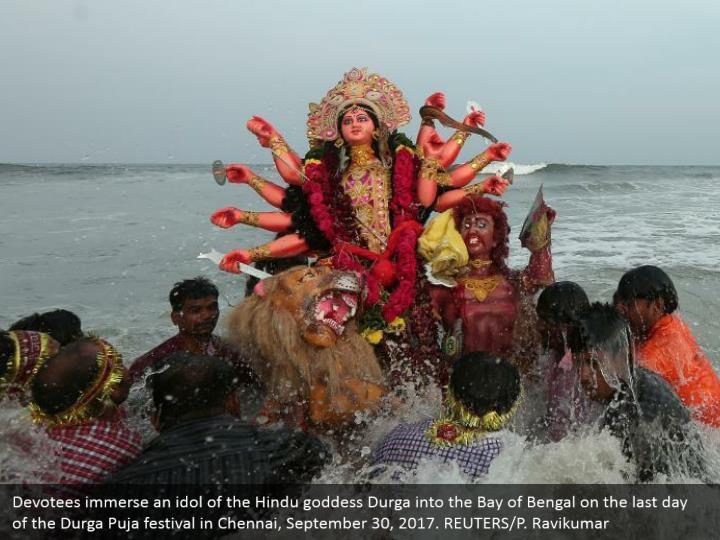 Devotees immerse an idol of the Hindu goddess Durga into the Bay of Bengal on the last day of the Durga Puja festival in Chennai, September 30, 2017. REUTERS/P. Ravikumar