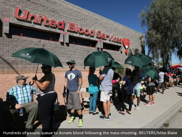 Hundreds of people queue to donate blood following the mass shooting. REUTERS/Mike Blake