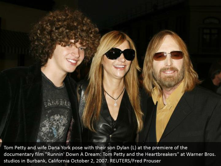 """Tom Petty and wife Dana York pose with their son Dylan (L) at the premiere of the documentary film """"Runnin' Down A Dream: Tom Petty and the Heartbreakers"""" at Warner Bros. studios in Burbank, California October 2, 2007. REUTERS/Fred Prouser"""