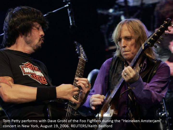 """Tom Petty performs with Dave Grohl of the Foo Fighters during the """"Heineken Amsterjam"""" concert in New York, August 19, 2006. REUTERS/Keith Bedford"""