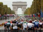 the peloton races towards the arc de triomphe