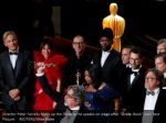 director peter farrelly holds up the oscar