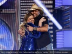 jason aldean embraces kelly clarkson as they