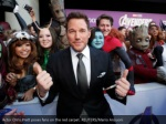 actor chris pratt poses fans on the red carpet