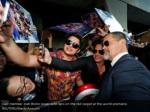 cast member josh brolin poses with fans