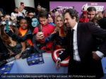 cast member mark ruffalo poses with fans
